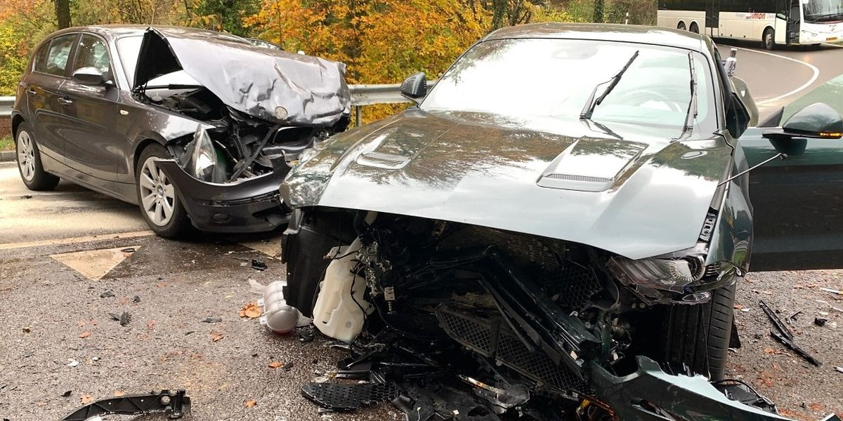 An beiden Fahrzeug entstand erheblicher Schaden.