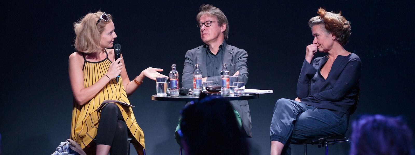 Anne Simon, Programmkoordinatorin, Frank Hoffmann, Direktor, und Ruth Heynen, Chefdramaturgin (v.l.n.r.) während der TNL Pressekonferenz.