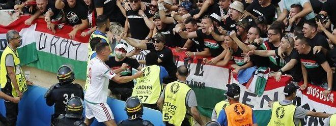 Adam Szalai feiert mit den ungarischen Fans.