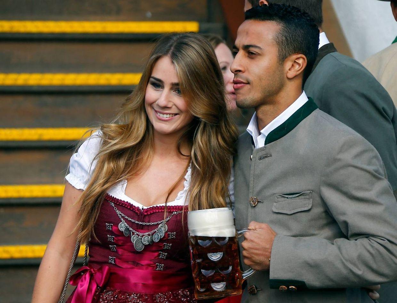 Thiago Alcantara kam mit seiner Frau Julia Vigas zum Oktoberfest.