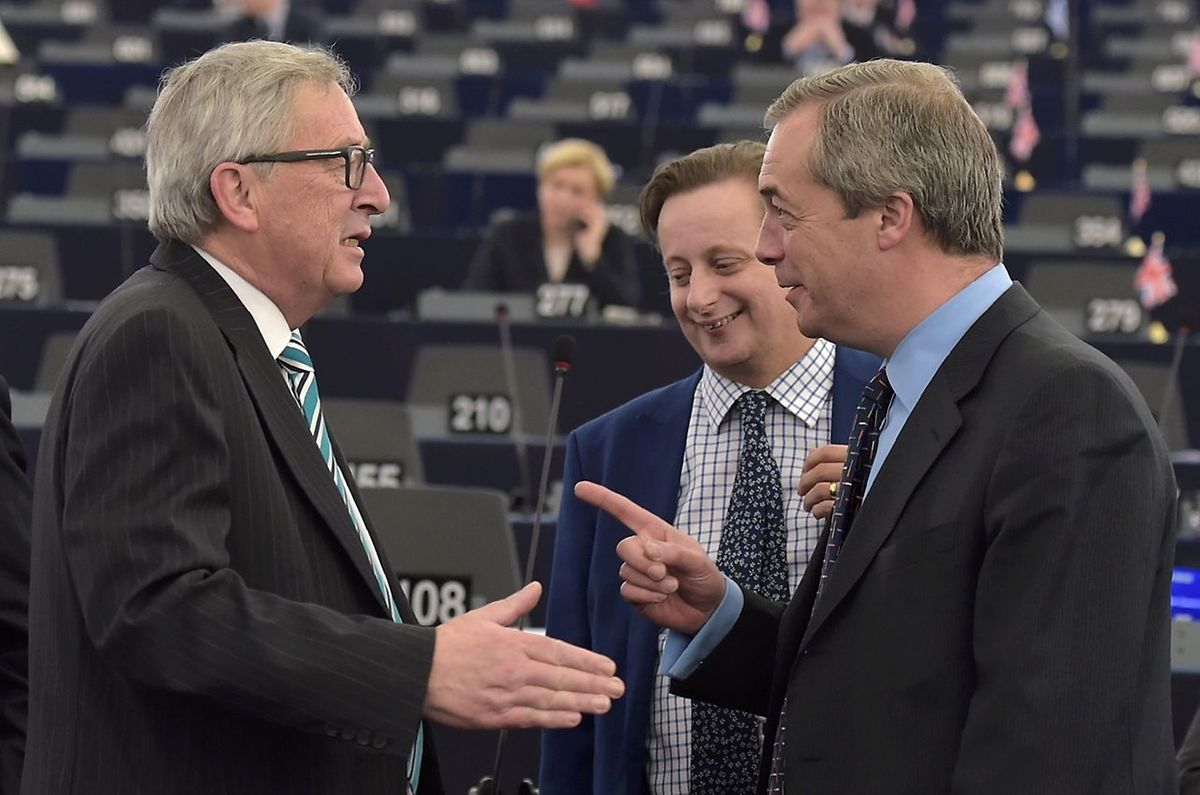 """Dans le camp eurosceptique, le député européen Nigel Farage, chef du parti britannique anti-immigration Ukip (à droite), s'est gaussé du contenu de ce préaccord, qu'il a jugé """"vraiment pitoyable""""."""