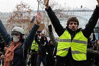"""Die """"Gilets jaunes"""" versammeln sich in der Nähe des Arc de Triomphe."""