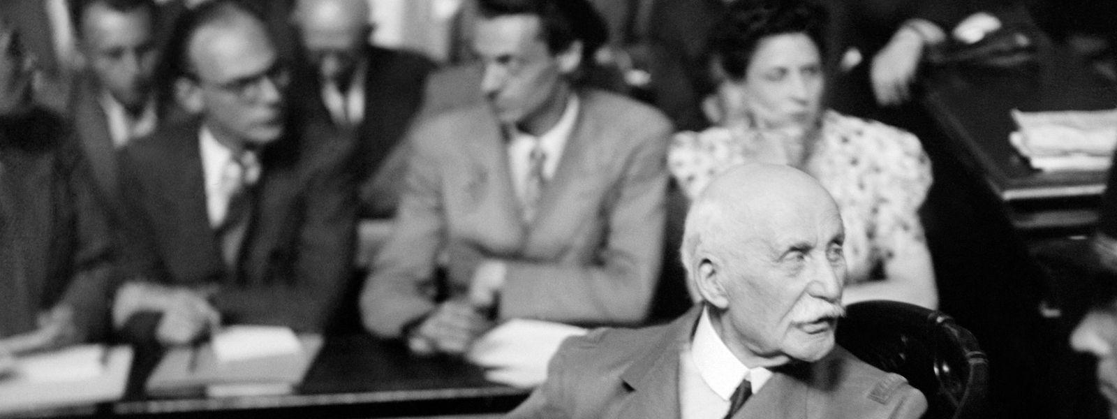 Le maréchal lors de son procès devant la Haute Cour du Palais de justice de Paris en 1945 qui condamne Philippe Pétain à la peine de mort. En raison de son âge, sa peine est commuée en emprisonnement à perpétuité.