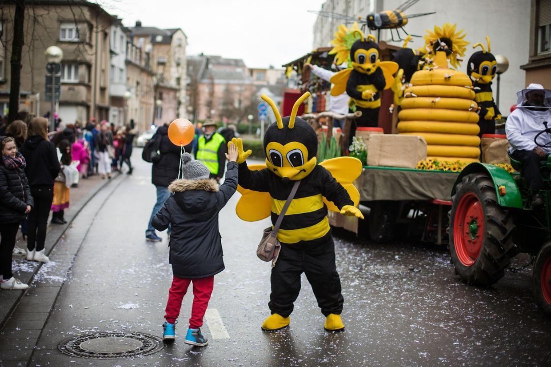 Bienen, Glücksbärchis, Astronauten und Co. verzauberten die Zuschauer des Umzuges in Esch.