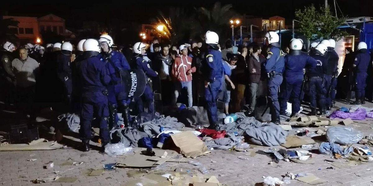 Die Polizei versucht die Flüchtlinge zur Aufgabe zu überreden, nachdem sie von wütenden Bürgern angegriffen wurden.