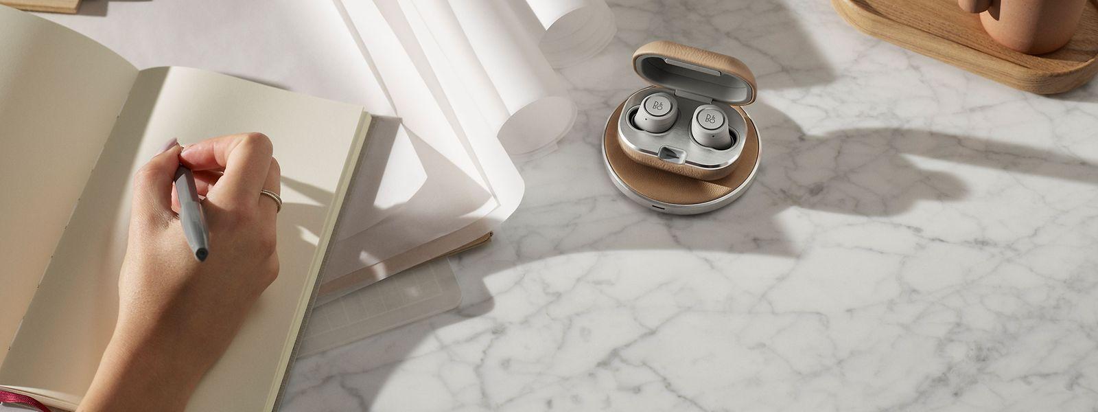 """Die In-Ear-Kopfhörer können auch auf dem separat erhältlichen """"Beoplay Charging Pad"""" (125 Euro) aufgeladen werden."""