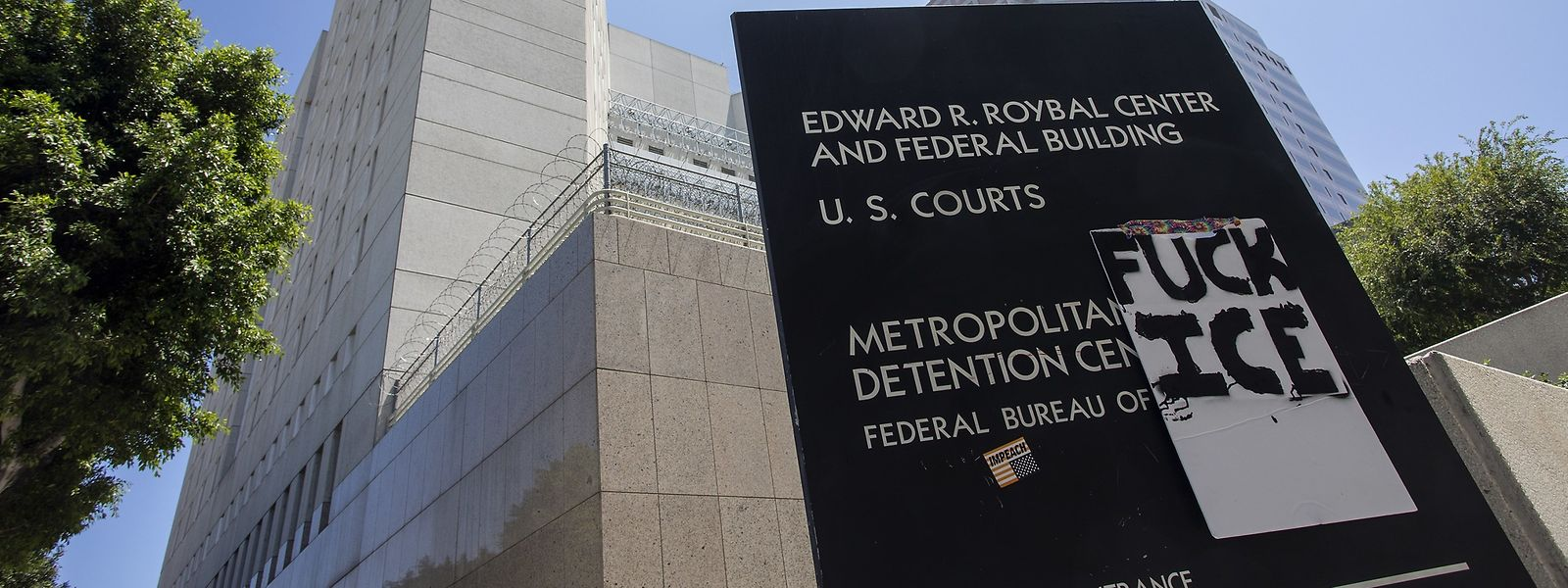 Das Metropolitan Detention Center Gefängnis in Los Angeles wurde mit einem Protestschild überklebt. Das United States Immigration and Customs Enforcement (ICE) ist eine Polizei- und Zollbehörde des Ministeriums für Innere Sicherheit.