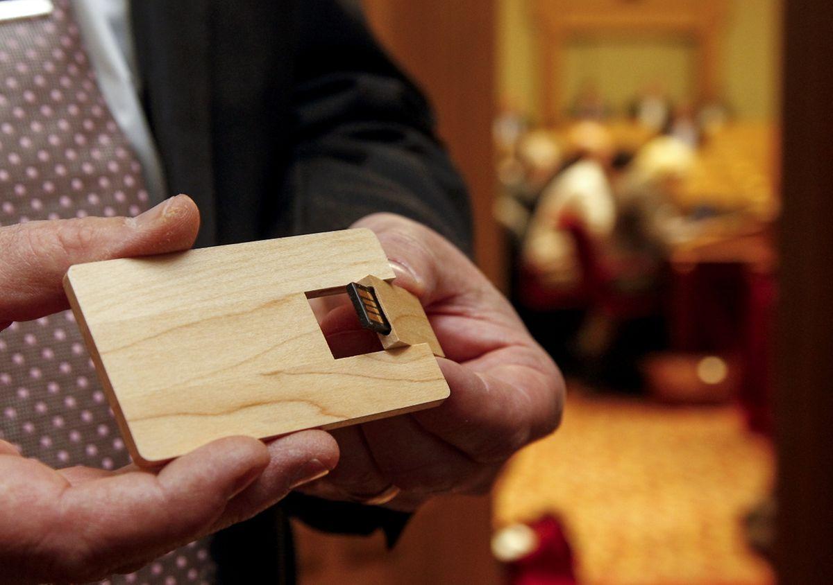Ein USB-Speicherstick, verpackt in Holz aus zertifiziertem Anbau, enthält die Daten zum Staatshaushalt 2016.