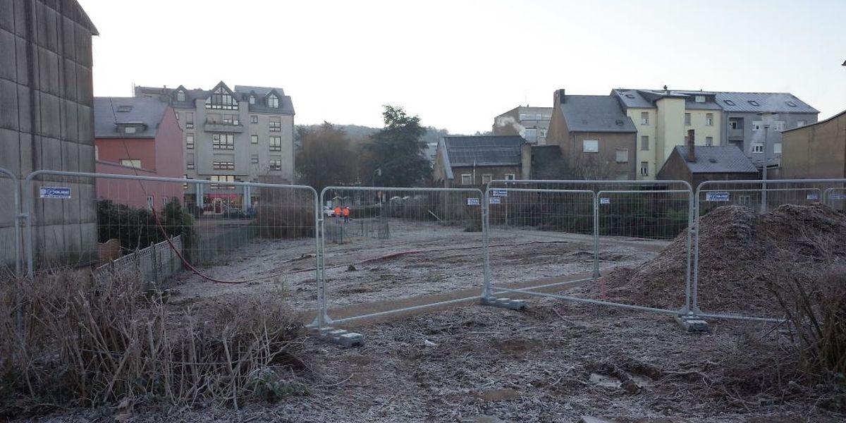 Die Bäume sind weg. An ihrer Stelle wird hier die neue Straße entstehen, die unter die erneuerte Zughaltestelle führen wird.