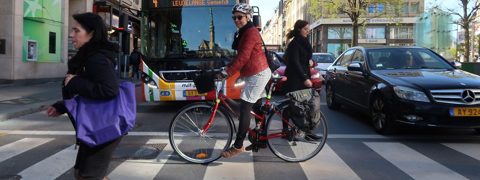 Claudia: «Dans l'avenue de la Liberté, j'emprunte la voie réservée aux voitures et non la piste cyclable comme cela ils ne peuvent pas me descendre avec leurs rétroviseurs».