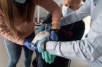 Die Teilnehmer des Erste-Hilfe-Kurses lernen, wie man einen Verband richtig anlegt.