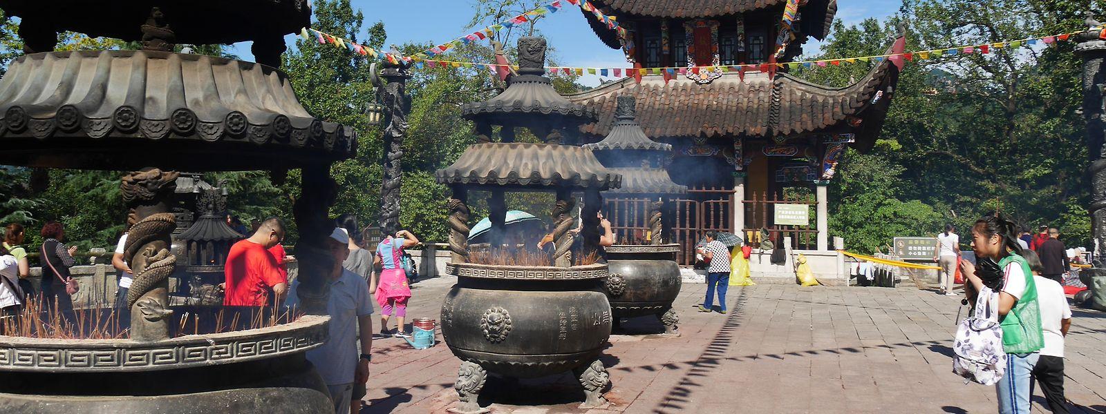 Der Huacheng-Tempel am für Buddhisten heiligen Berg Jiuhua bei Chizhou ist nur über 450 schweißtreibende Stufen zu erreichen.