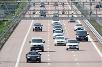 """ARCHIV - 12.05.2019, Sachsen-Anhalt, Thurland: Verschiedene Pkw und Transporter fahren unter einer Mautbrücke auf der Autobahn A9 hindurch. (zu """"EuGH: Deutsche Pkw-Maut verstößt gegen EU-Recht) Foto: Jan Woitas/zb/dpa +++ dpa-Bildfunk +++"""