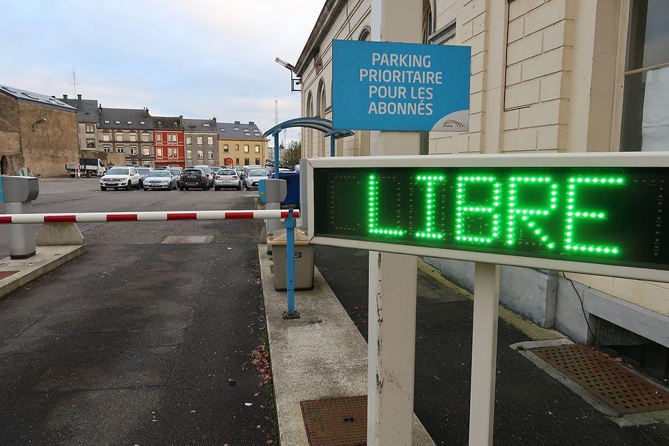 Os parques de estacionamento serão gratuitos em mais de 20 estações localizadas ao longo das linhas ferroviárias entre a província do Luxemburgo e o Grão-Ducado. Em Arlon (na foto), os dois parques de estacionamento com 600 lugares de estacionamento.