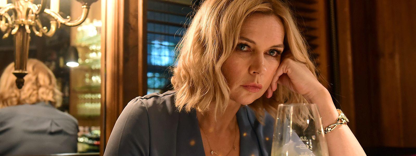 Veronica Ferres in einer eher ungewohnten Rolle: Sabine, die Frau eines deutschen Waffenhändlers, ist unglücklich mit ihrem Leben und sucht Ablenkung davon im Alkohol.