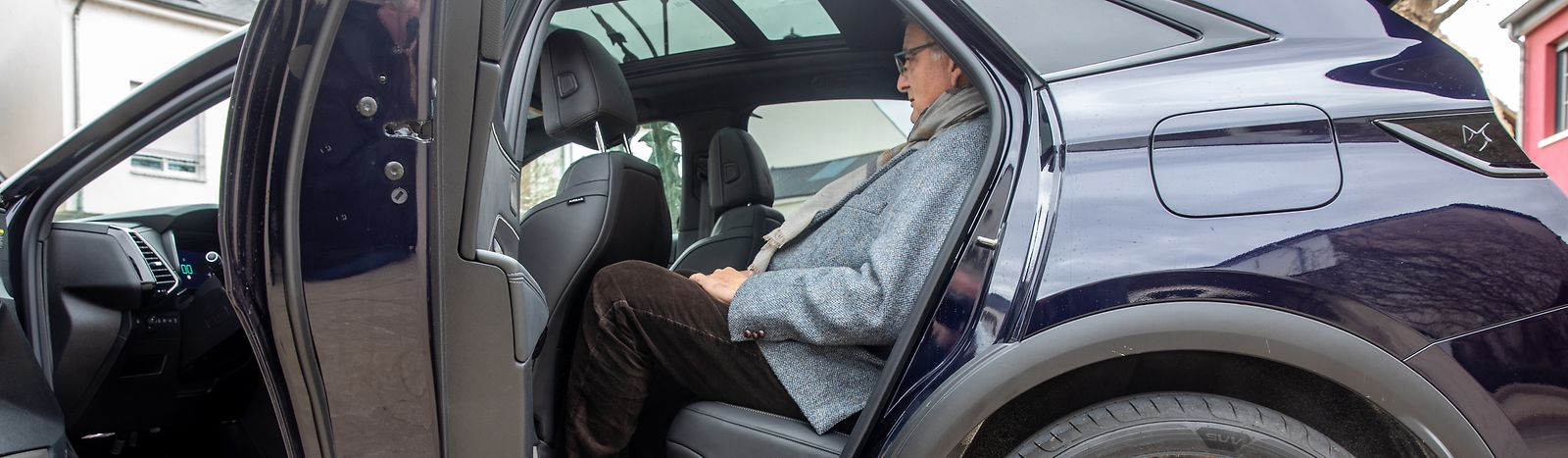 Im Heck lässt es sich dank verstellbarer Rücksitzlehne bequem reisen.