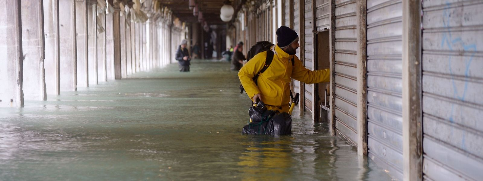 Ein überfluteter Arkadengang am Markusplatz: Die Hochwasser-Gefahr in Venedig ist noch nicht gebannt.