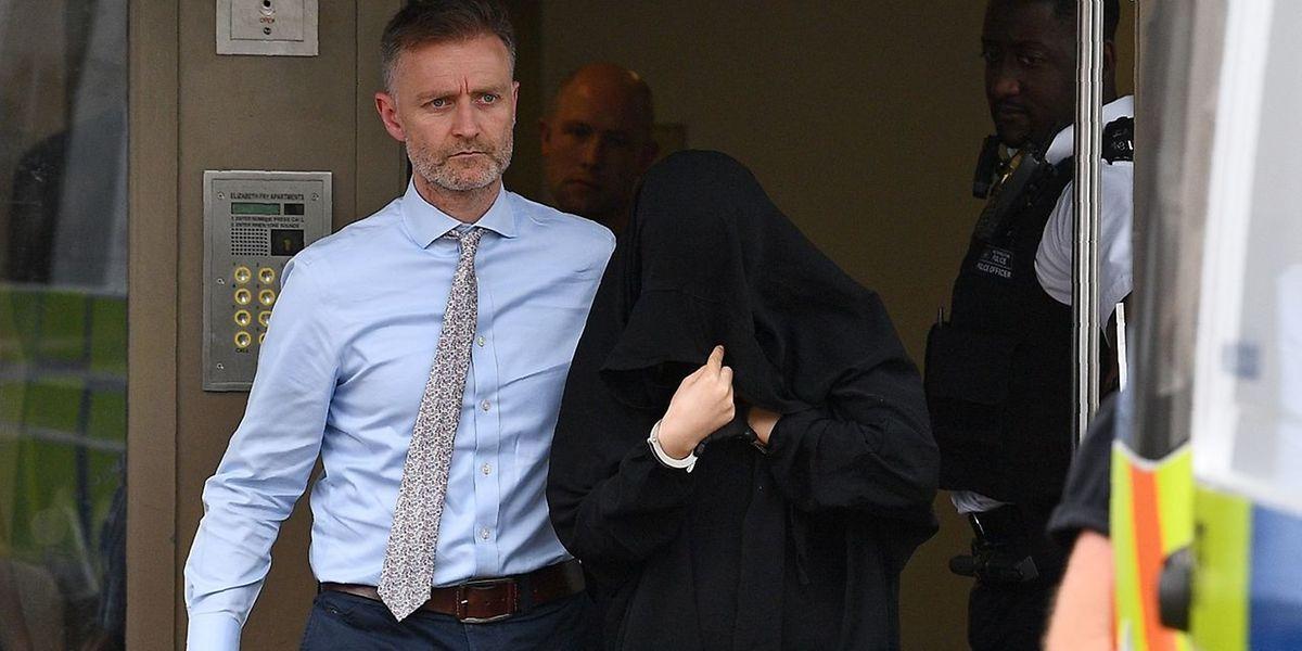 Un photographe de l'AFP a distingué sur place quatre femmes, qui étaient emmenées par la police. Elles se couvraient le visage de leur foulard.