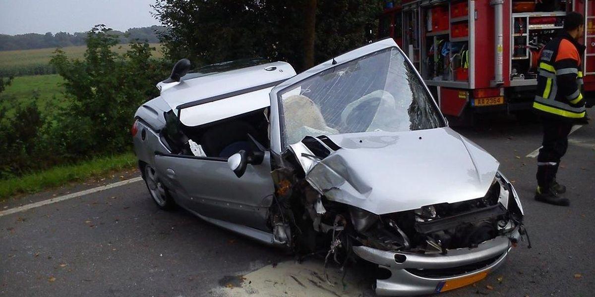 Der Wagen wurde bei dem Aufprall gegen den Baum sehr stark beschädigt.