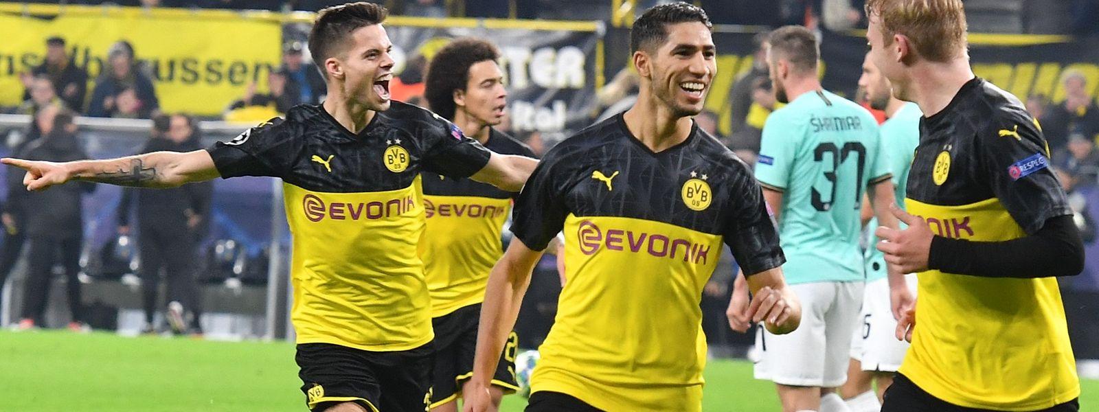 Die Dortmunder Spieler um Doppeltorschütze Achraf Hakimi (M.) hatten allen Grund zur Freude.