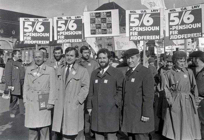 Manifestation du 28 mars 1987 pour l'égalité des pensions. De droite à gauche, le président du comité Josy Simon, le président de l'UJL, Joseph Lorent, le secrétaire général du NGL, Gast Gibéryen et le président du LRIV, Jos. Ruckert.
