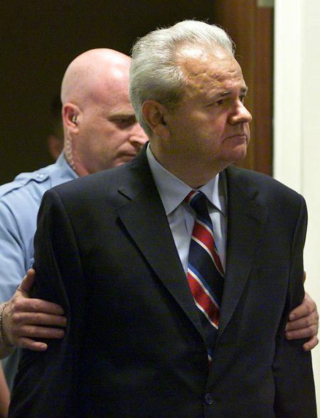 Jugoslawiens Ex-Präsident Slobodan Milosevic, hier vor dem Kriegsverbrecher-Tribunal in Den Haag, starb 2006 noch vor der Urteilsverkündung.