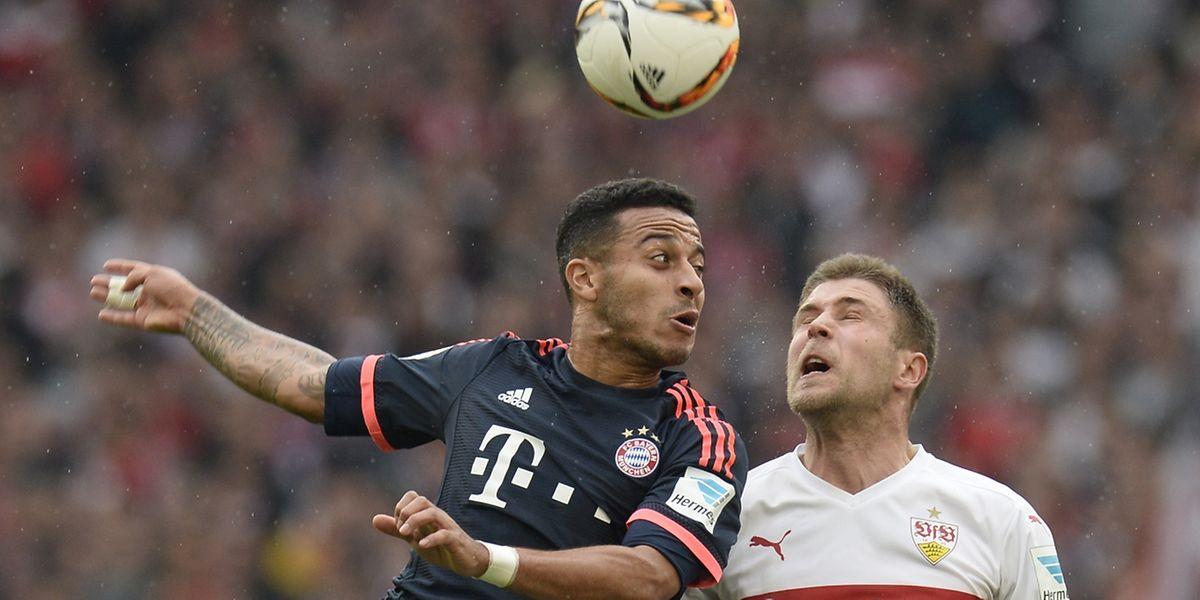 Stuttgarts Artem Kravets (rechts) und Bayern Münchens Thiago im Zweikampf.