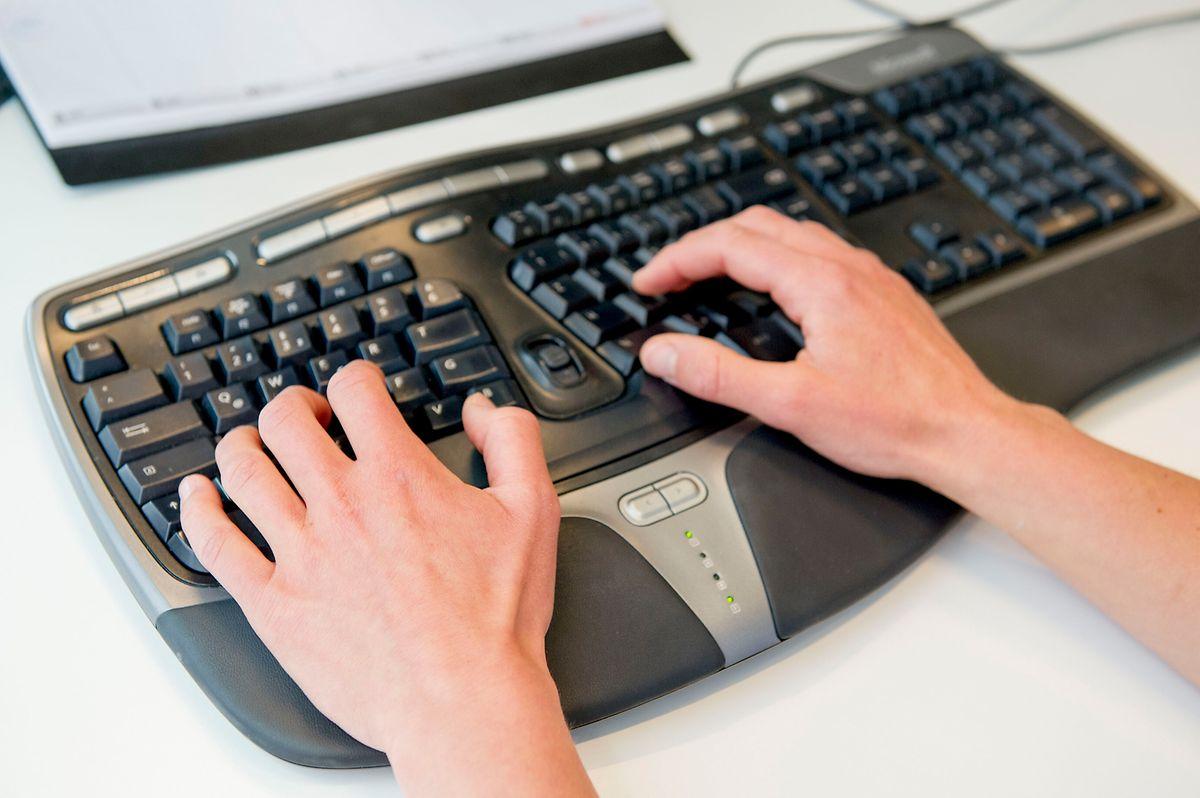 Geteilte Freude: Tastaturen mit zweigeteiltem Tastenfeld helfen, eine natürliche Handhaltung zu bewahren.