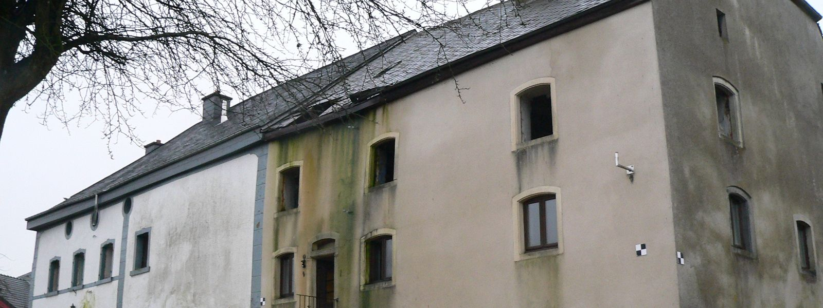 Mittlerweile geben die beiden alten Bauernhäuser in Heinerscheid, die nach dem Willen des Kulturministeriums Denkmalschutz erhalten sollen, ein zusehends trübseligeres Bild ab.