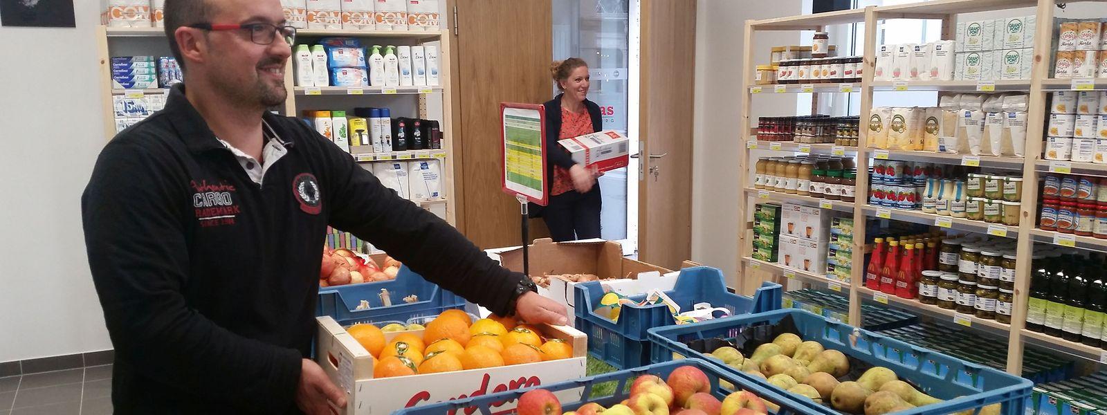 Produits laitiers, fruits frais, légumes, huile, pâtes... sont vendus un tiers du prix du marché dans la «Caritas Buttek» à ceux qui disposent d'une carte d'accès que délivre l'Office social de la Ville de Luxembourg aux plus démunis. «En économisant sur leur budget alimentaire, ils peuvent payer leurs factures», explique Sylvie Debernade en charge des épiceries sociales chez Caritas.