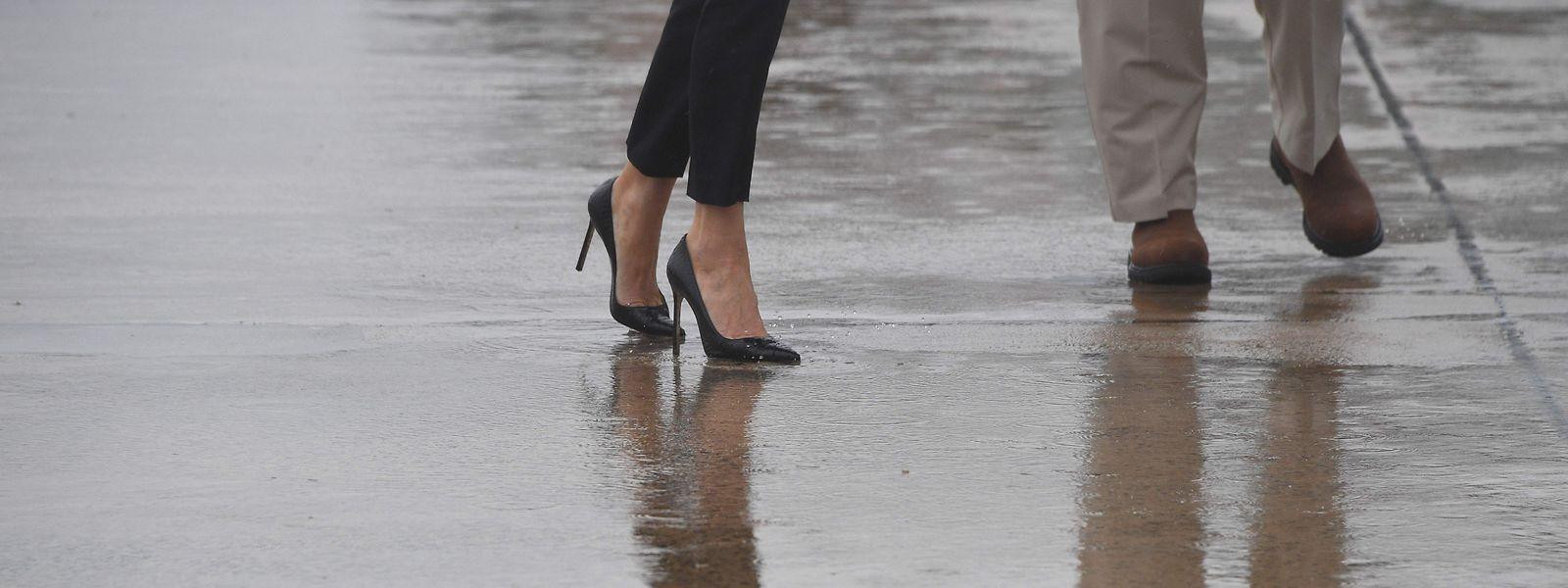 (Keine) nassen Füße: Der US-Präsident und seine Gattin auf dem Weg ins Katastrophengebiet.