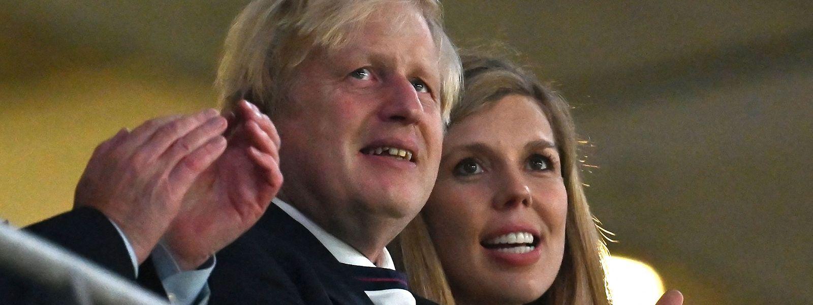 Boris Johnson zusammen mit seiner Ehefrau Carrie während des EM-Halbfinales zwischen England und Dänemark.