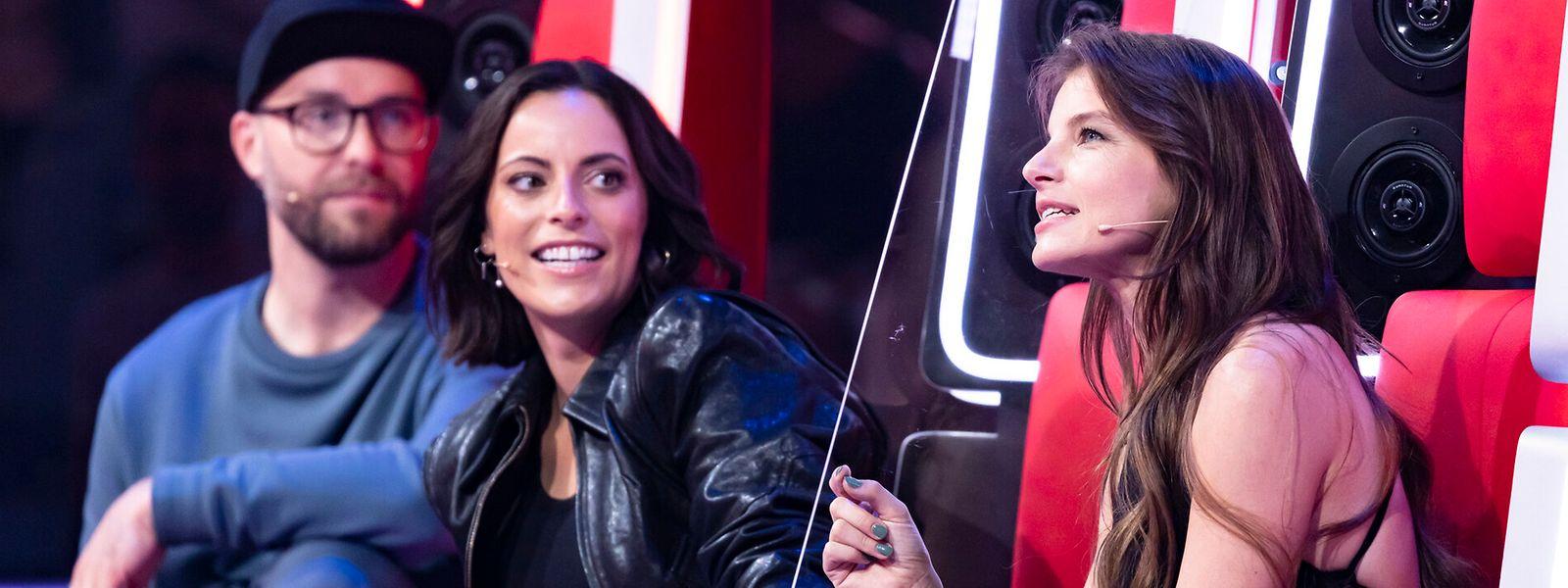 Yvonne Catterfeld (r.) teilt sich einen Coach-Stuhl mit Sängerin Stefanie Kloß (M.). Gemeinsam versuchen die beiden Künstlerinnen, ihren männlichen Jury-Kollegen, darunter Plaudertasche Mark Forster (l.), das Leben schwer zu machen.