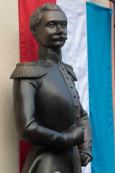 Großherzog Adolphe war der Ururgroßvater von Großherzog Henri. Diese Statue in Gedenken an ihn wurde 2012 in Weilburg an der Lahn, Residenzstadt des Hauses Nassau-Weilburg, enthüllt.