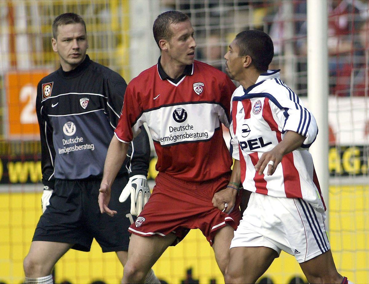 """Jeff Strasser, hier gegen Bayern Giovanne Elber im Jahr 2002, wurde von den """"Betze""""-Fans stets gefeiert."""