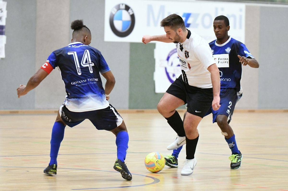 Alex Gonçalves et Marcio de Sousa, en bleu (Futsal US Esch) entourent Ruben Torrie (Futsal Wilwerwiltz).