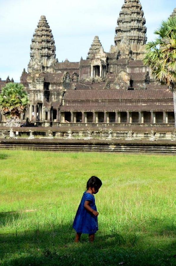 Petits pieds nus dans les herbes hautes d'Angkor Vat