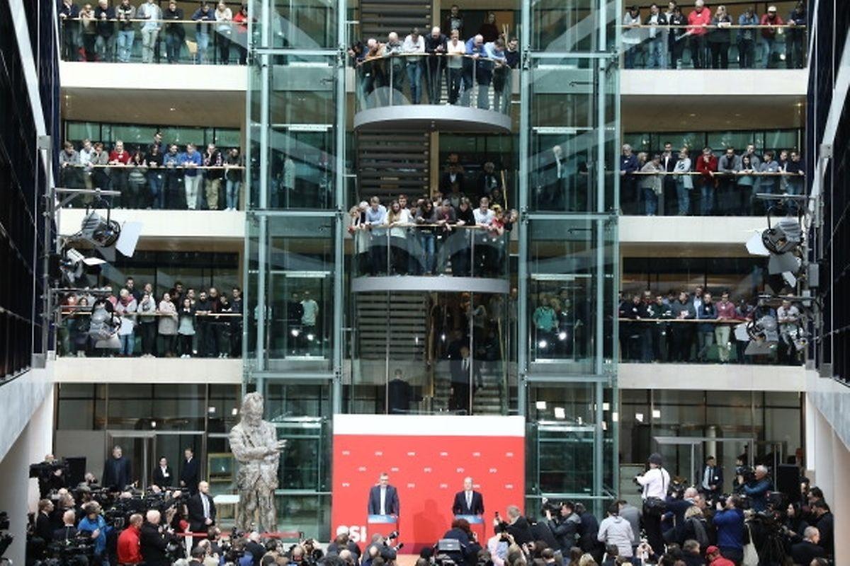 Der Chef der Mandatsprüfungs- und Zählkommission, Schatzmeister Dietmar Nietan (l.) und Olaf Scholz, stellvertretender SPD-Vorsitzender und Erster Bürgermeister von Hamburg, verkünden das Ergebnis des SPD-Mitgliedervotums in der SPD-Zentrale