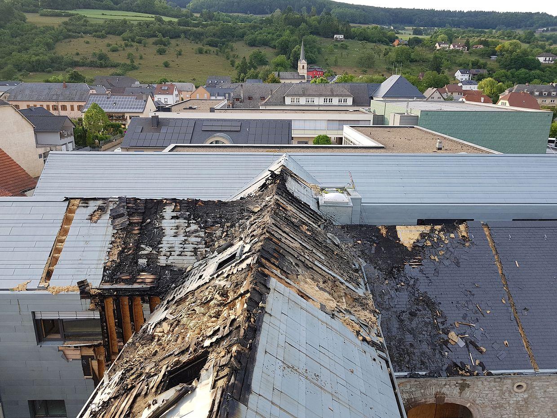 Mit Motorsägen wurde am Dienstagabend das Dach des Anbaus aufgeschnitten.