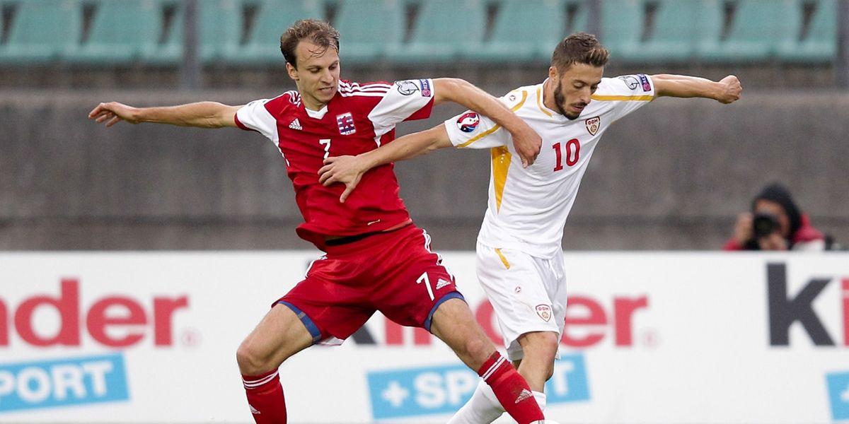 Lars Gerson au duel avec Agim Ibraimi. Le joueur de Sundsvall a livré un match plein au centre de l'entrejeu luxembourgeois.
