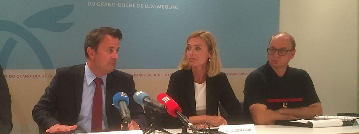 Le Premier minitsre Xavier Bettel, Taina Bofferding, ministre de l'Intérieur et Paul Schroeder, directeur général du CGDIS, lors de la conférence de presse de samedi soir.