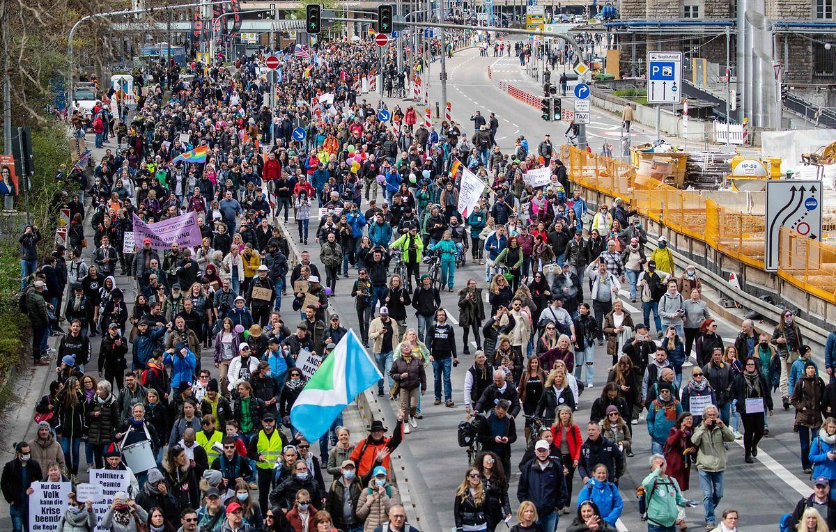 Tausende Menschen zogen von der Stuttgarter Innenstadt zur Cannstatter Wasen.
