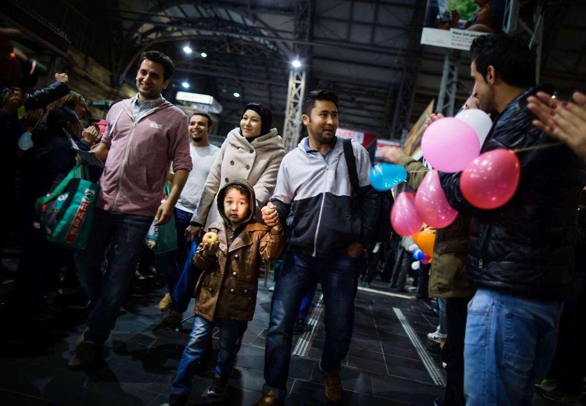 In Frankfurt/Main wurden die Flüchtlinge am Hauptbahnhof mit Applaus empfangen.