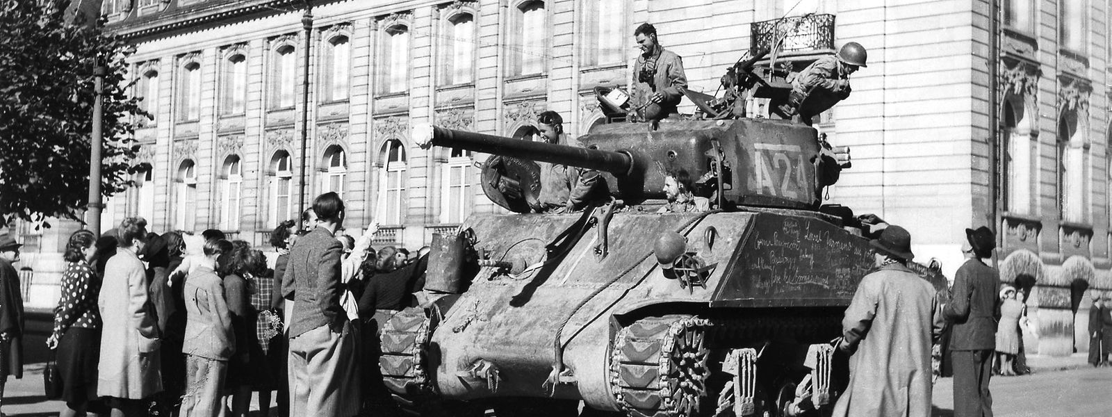 Amerikanische Soldaten werden vor dem ehemaligen Arbed-Hauptgebäude von der Bevölkerung begrüßt.