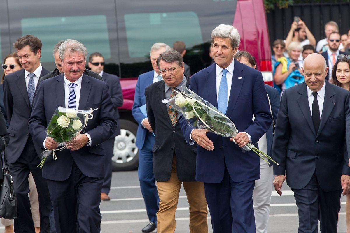 """Beide Außenminister legten Blumen bei der """"Gëlle Fra"""" nieder, als Gedenkgeste für die Anschlagsopfer in Nice."""