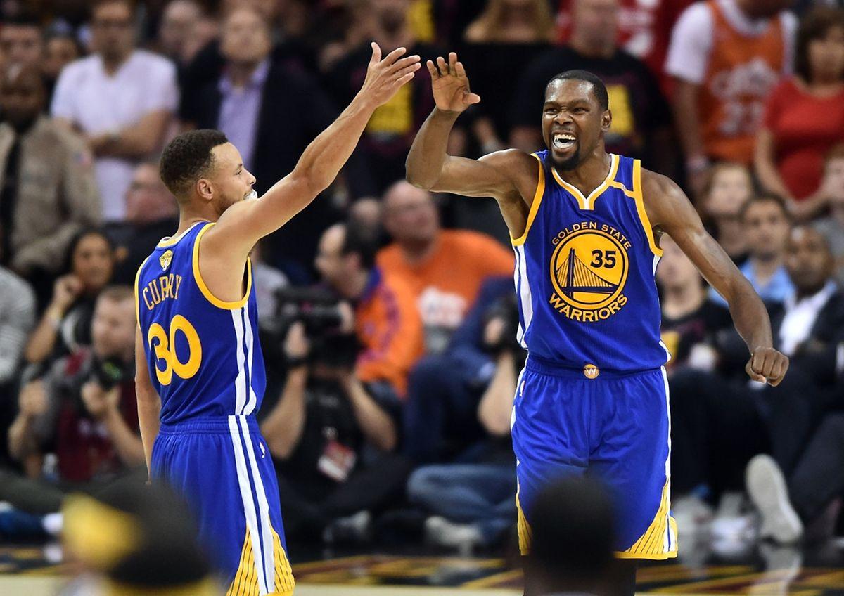 Stephen Curry, Kevin Durant et Golden State mène 3-0. Jamais une équipe menant avec une telle avance ne s'est inclinée en finale.