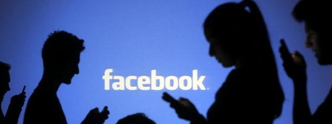 Nackte Brüste sind verboten, doch gegen Rassismus geht Facebook bisher kaum vor.