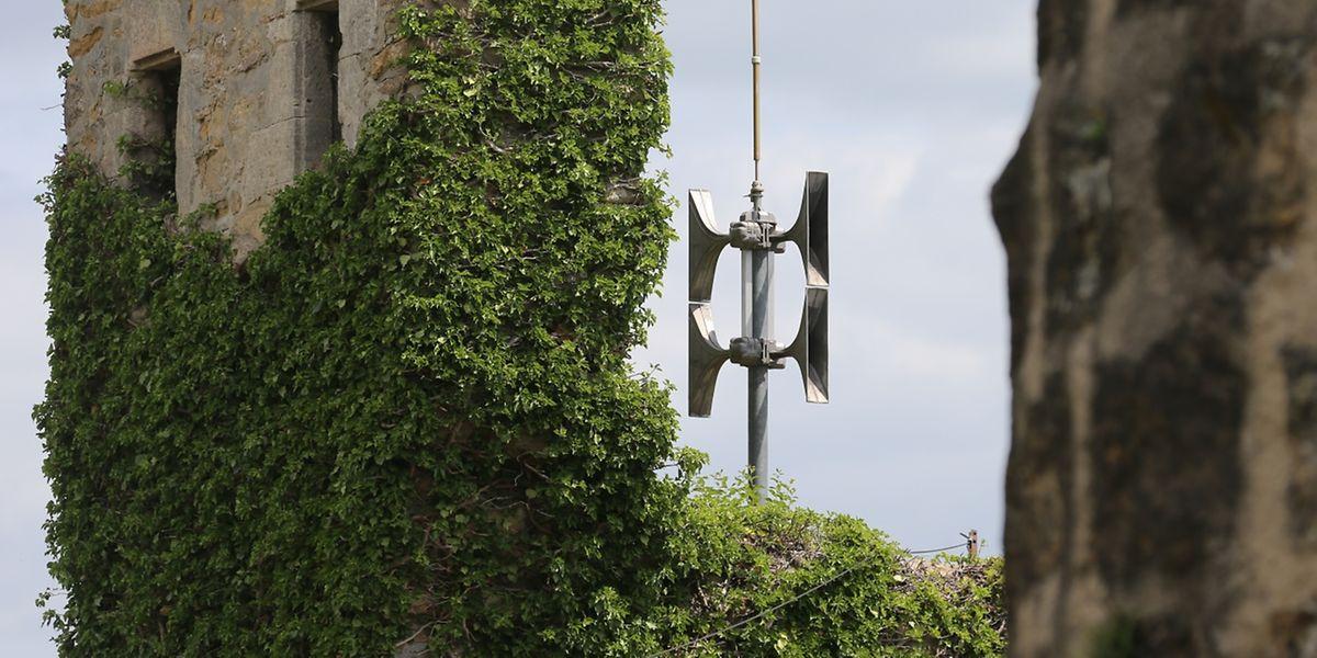 Die Sirenen sind an Schulen, Rathäusern, Feuerwehrkasernen oder anderen öffentlichen Gebäuden angebracht. Diese hängt am Hesperinger Schloss. Alle Geräte wurden vor ein paar Jahren erneuert.