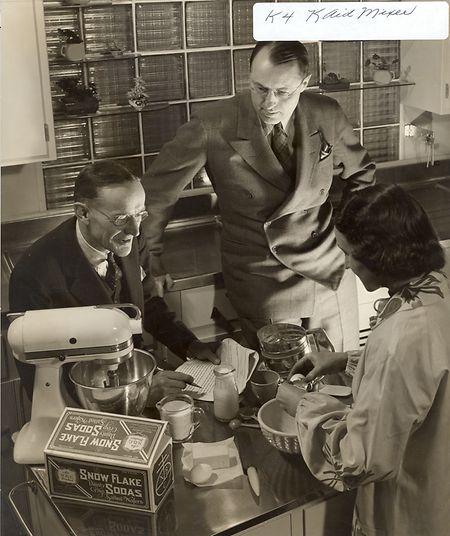 """Egmont Arens (à gauche), journaliste et designer, dessine en 1936 trois modèles du robot KitchenAid dont le très célèbre """"K"""""""