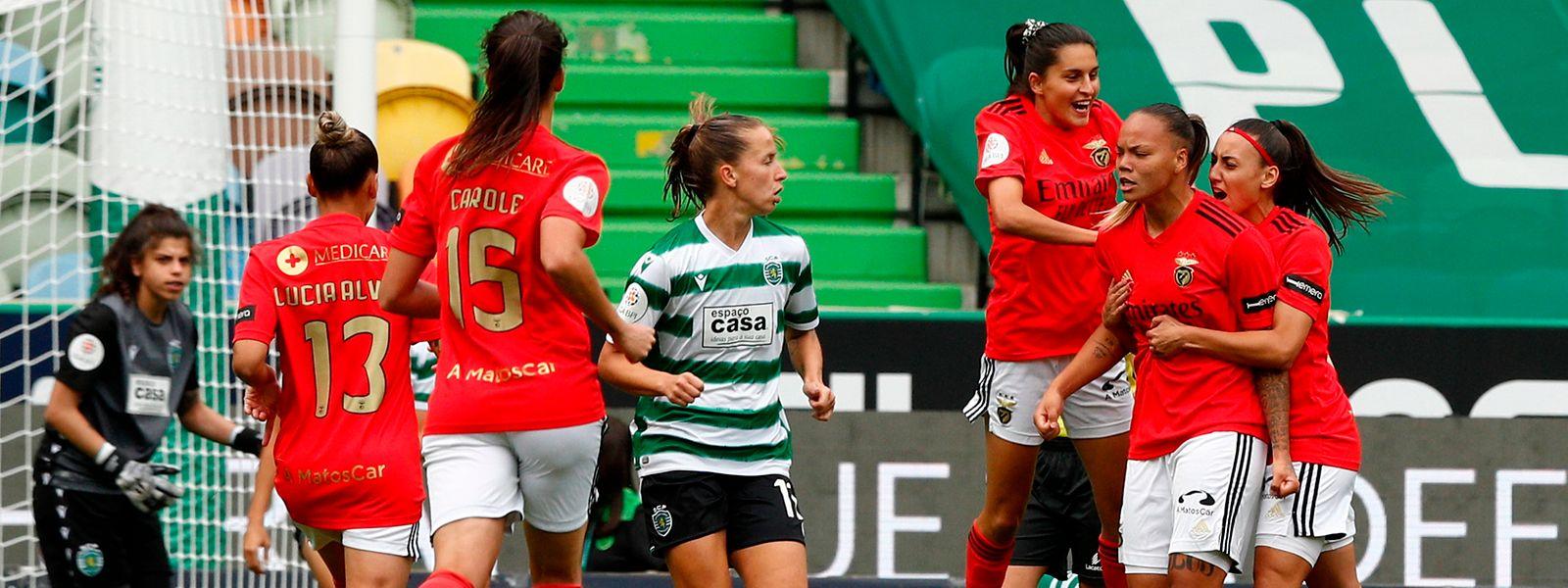As jogadoras do Benfica celebram a marcação de um golo contra o Sporting durante o jogo da Liga Feminina de futebol, disputado no Estádio José de Alvalade, em Lisboa, 22 de maio de 2021.